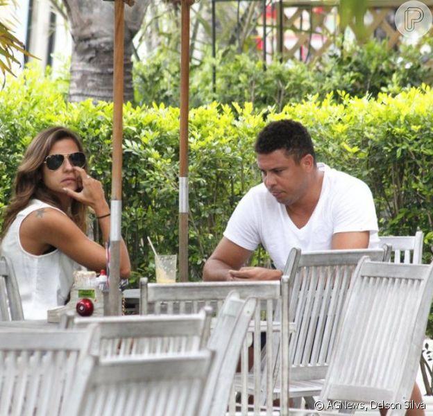 Ronaldo e Paula Morais lancharam em um restaurante da Barra da Tijuca, na zona sul do Rio de Janeiro, nesta quinta-feira, 31 de janeiro de 2013