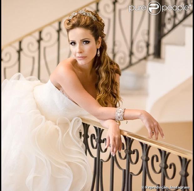 Renata Dominguez divulgou, em seu Instagram, uma foto oficial vestida de noiva, em 6 de fevereiro de 2013