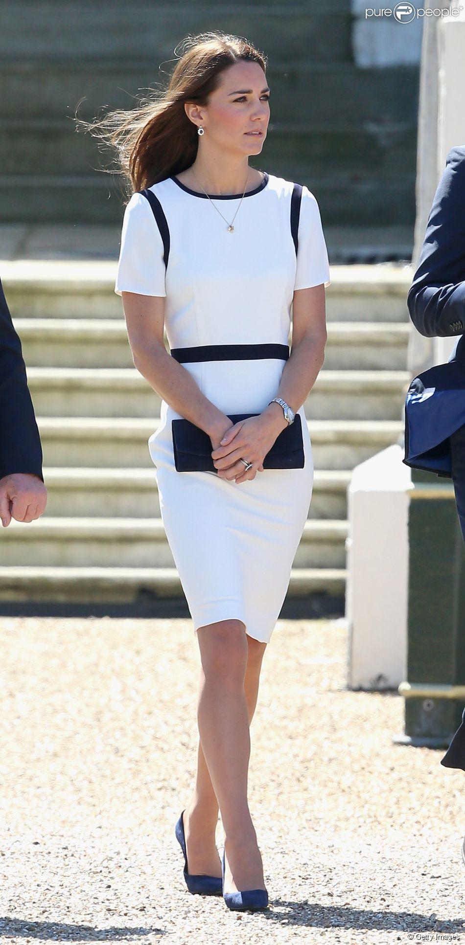 Kate Middleton aposta em vestido de liquidação durante evento em Londres 10 de junho de 2014