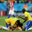 Daniel Alves e Fred festejam gol de Oscar