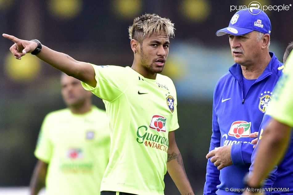 Neymar aparece loiro em treino da Seleção Brasileira (15 de junho de 2014)