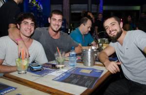 José Loreto, Sheron Menezzes e Rafael Cardoso assistem jogo em bar, no Rio