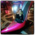 Giovanna Ewbank posa em sapato gigante nos Estados Unidos