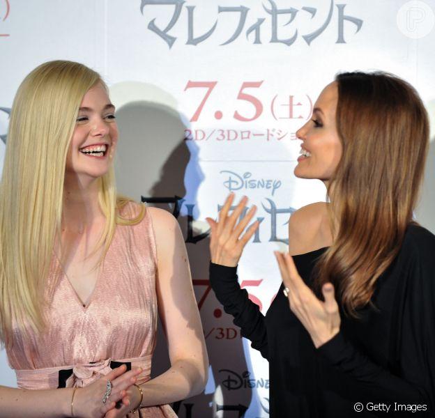 Angelina Jolie e Elle Fanning se divertem em coletiva de 'Malévola' no Japão