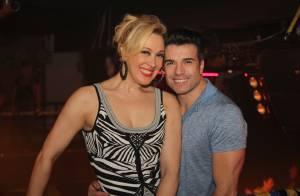 Claudia Raia exibe cabelo loiro em noite de diversão com o namorado no Rio