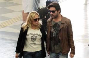 Depois de reatarem, Susana Vieira e Sandro Pedroso trocam carinhos em aeroporto