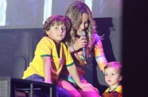 Claudia Leitte recebe os filhos no palco em show de camarote, em São Paulo
