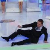 Silvio Santos leva tombo em palco durante sorteio da Tele Sena, no SBT