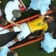 Bruna Marquezine vê Neymar sair do campo em uma maca