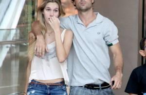 Kayky Brito passeia abraçado com uma loira em shopping do Rio