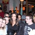 Ivete Sangalo atende fãs ao sair de restaurante