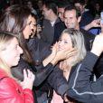 Ivete Sangalo atende fãs em  saída de restaurante