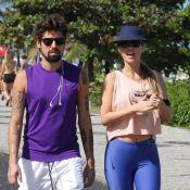 Juliana Didone faz carinho no namorado durante passeio no Rio de Janeiro