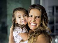 Deborah Secco filma encontro da filha, fantasiada, com princesa: 'Bella tá aqui'