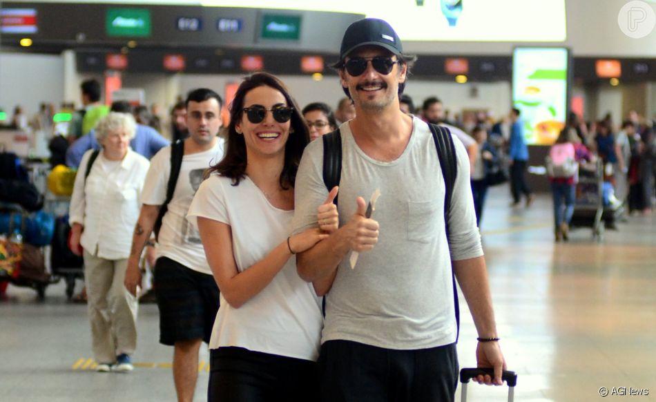 O casal de atores caminhou abraçado para a sala de embarque de aeroporto no Rio de Janeiro