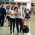 Rodrigo Santoro e Mel Fronckowiak escolheram looks parecidos para a viagem