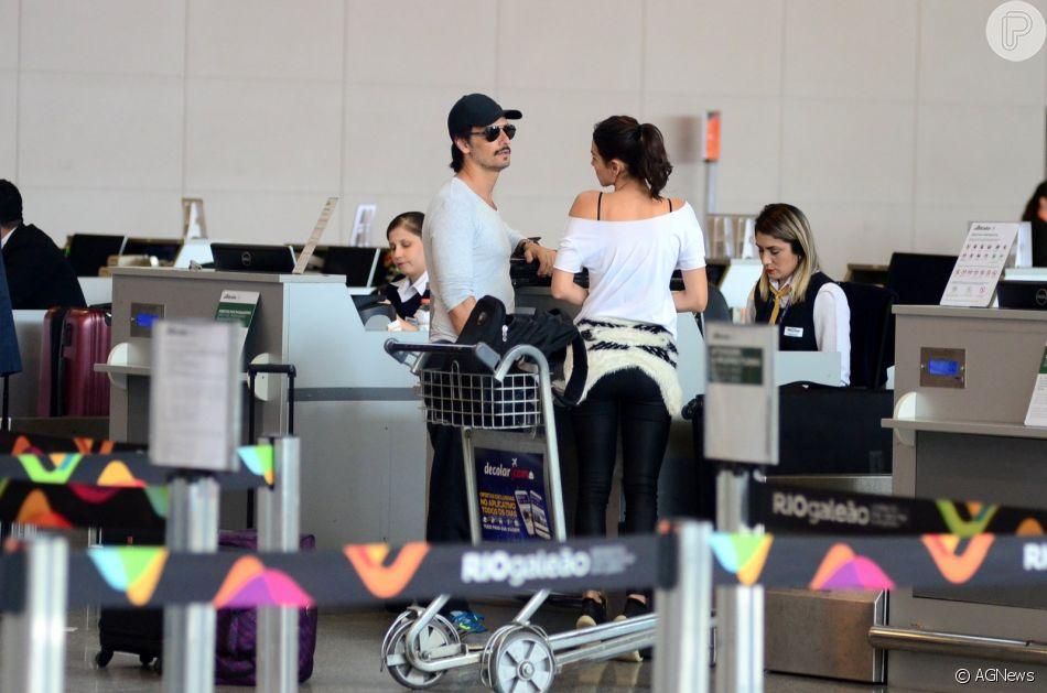 Rodrigo Santoro e Mel Fronckowiak conversam em aeroporto internacional do Rio de Janeiro