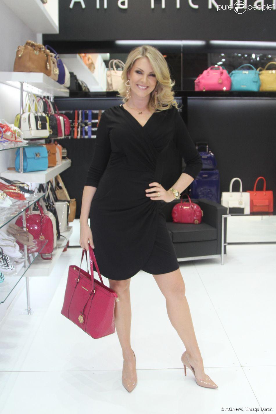 920cecfaff325 Ana Hickmann divulgou coleção de bolsas e sandálias que levam seu nome, em  São Paulo