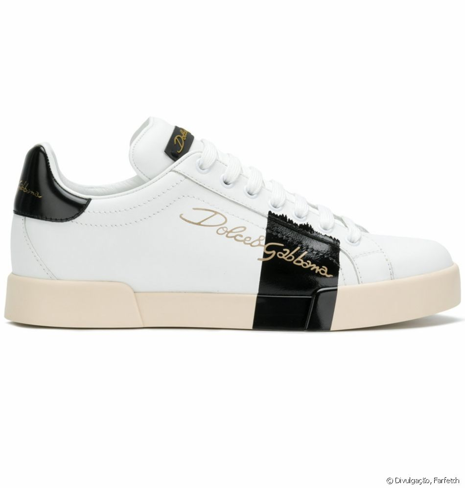23da2c64d7 Bruna Marquezine completou a produção com tênis Dolce & Gabbana ...