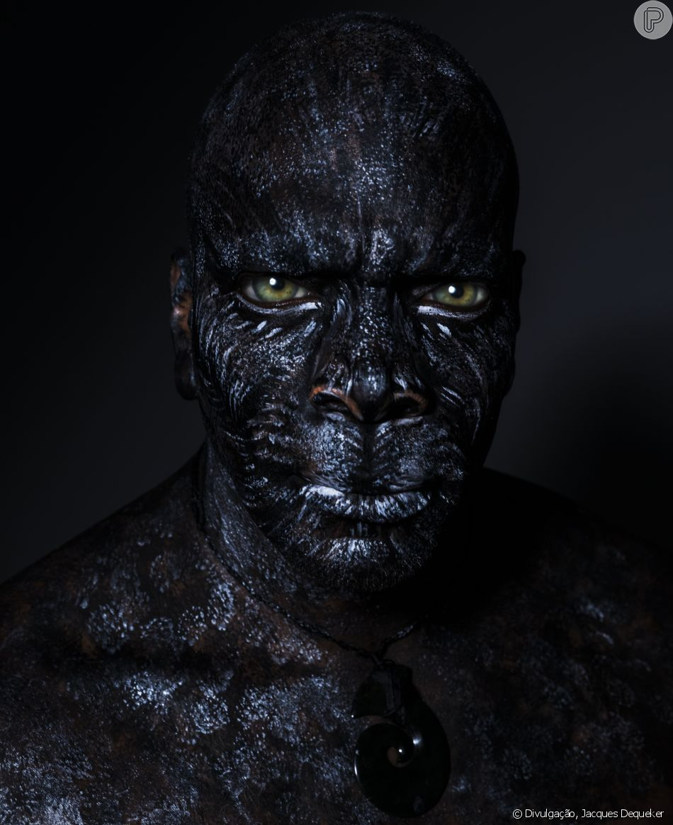 Como pantera negra, Derrick Green participa da ação