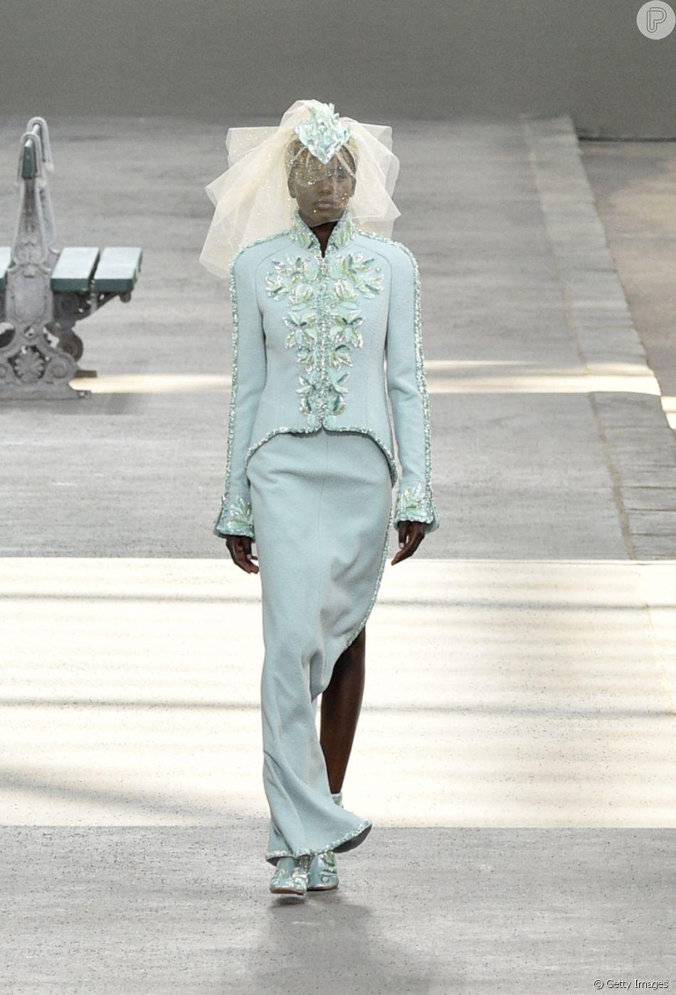 ce325badb Jovem sudanesa é 2ª modelo negra a ser a noiva da Chanel em desfile nesta  terça