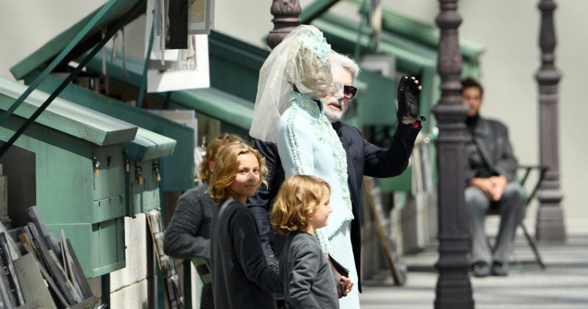 d2a3b6972 Adut Akech posa com Karl Lagarfed, diretor criativo da Chanel, ao fim do  desfile - Purepeople
