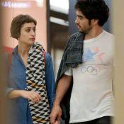 Noite romântica: Caio Blat e Luisa Arraes andam de mãos dadas em shopping. Fotos