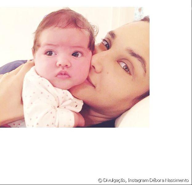Débora Nascimento babou pela filha, Bella, de 2 meses, neste sábado, 7 de julho de 2018: 'Ternurinha'