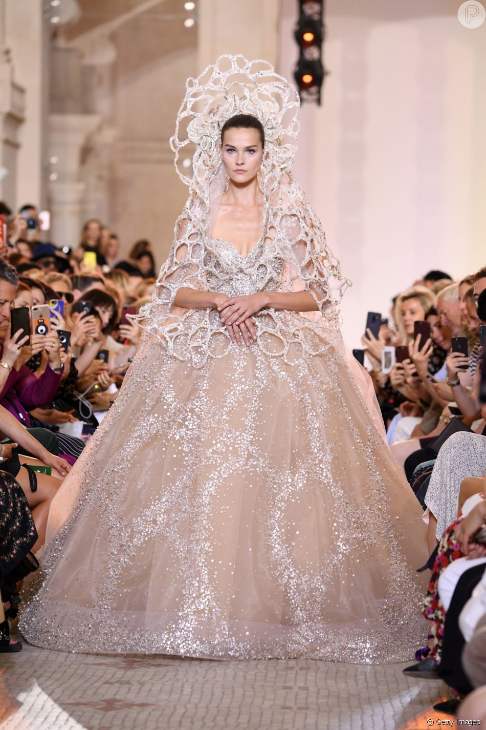 dd86b2828 Noivas da alta-costura outono/inverno 2019: Elie Saab aposta na riqueza dos  bordados em cristais