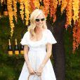 """A atriz Sienna Miller complementa seu look para corrida de polo com bolsa em estilo """"balde"""""""