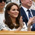Kate Middleton apostou no penteado solto e fios dividos ao meio, sua marca registrada