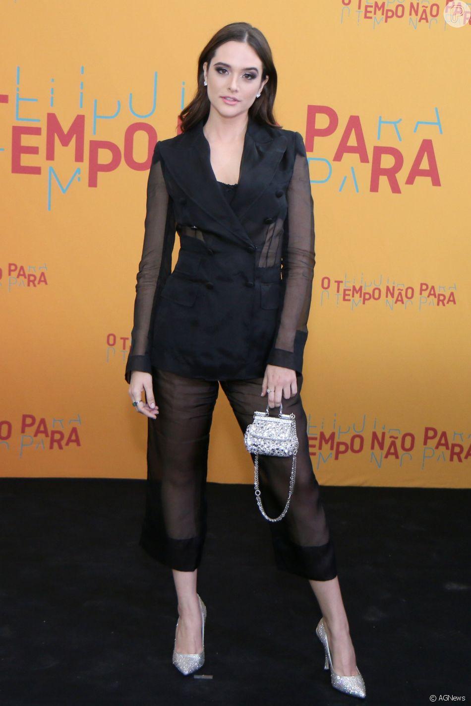 Juliana Paiva apostou em terninho Dolce & Gabbana nos acessórios prateados para a festa de lançamento da novela 'O Tempo Não Para', em 16 de julho de 2018