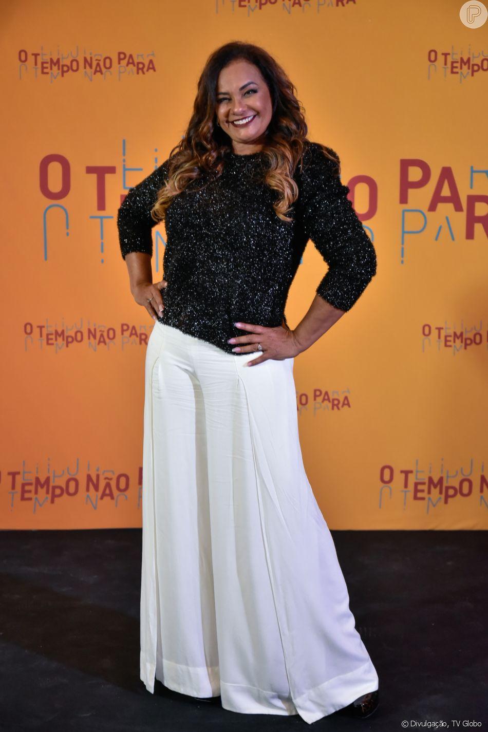 Solange Couto apostou na pantalona branca e blusa com brilho para a festa de lançamento da novela 'O Tempo Não Para', em 16 de julho de 2018
