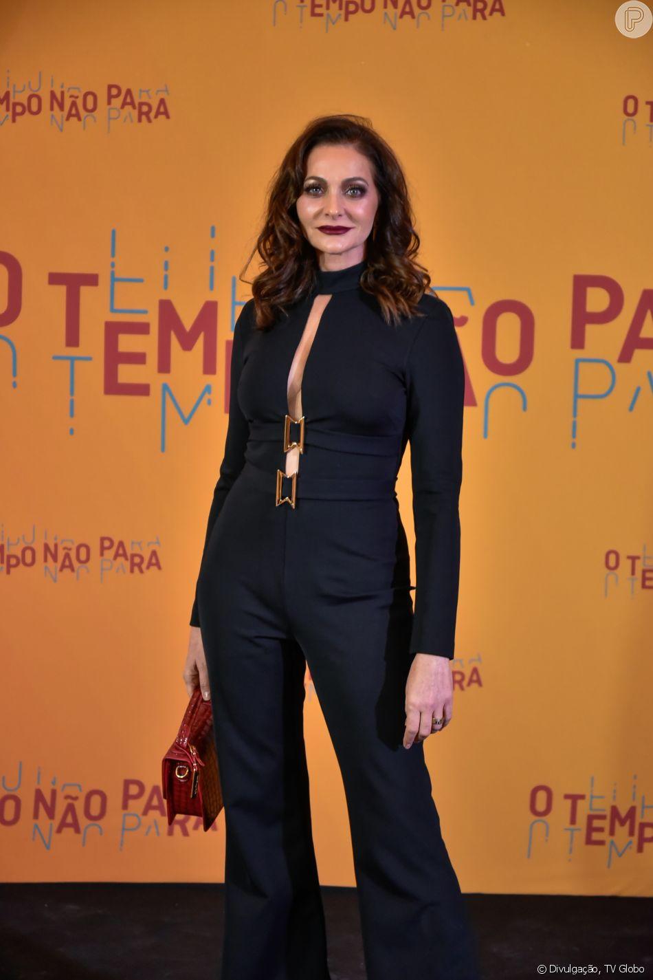 Na festa de lançamento da novela 'O Tempo Não Para', em 16 de julho de 2018, Alexandra Richter foi de macacão Alphorria com decote ousado
