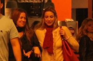Luana Piovani vai a barzinho sem Pedro Scooby e se diverte com amigos, no Rio