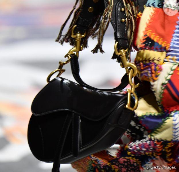 A reedição da Saddle Bag da Dior foi vista nos dois últimos desfile de prêt-à-porter da marca. O novo modelo chega ao Brasil neste 19 de julho de 2018