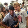 Neymar posou para foto com fã em restaurante, com Bruna Marquezine ao seu lado