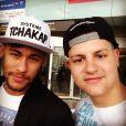 Neymar está sendo assediado por fãs desde sua chegada à Espanha, na sexta-feira (25)