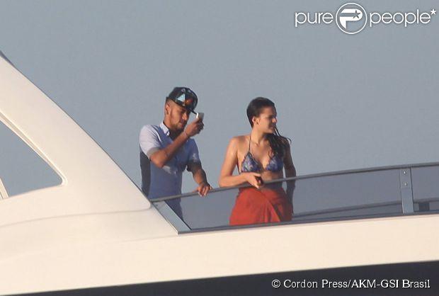 Neymar e Bruna Marquezine curtem férias em Ibiza, na Espanha, e fazem passeio de barco (26 de julho de 2014)