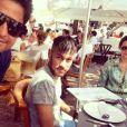 Neymar posa para foto com fã durante almoço com Bruna Marquezine na ilha de Formentera