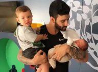 Gusttavo Lima posa com os filhos, Gabriel e Samuel, no colo: 'Pai de dois'