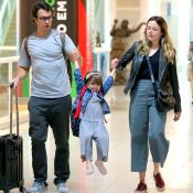 Gabriel Braga Nunes e a mulher divertem a filha, Maria, de 4 anos, em aeroporto