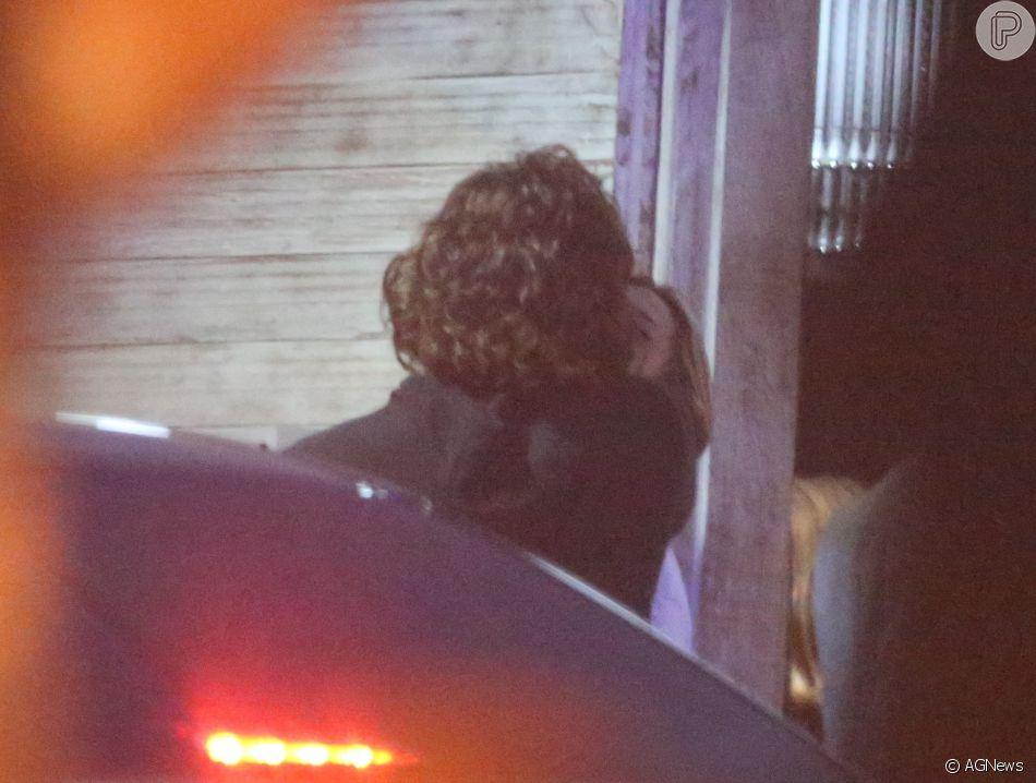 Sasha Meneghel é fotografada trocando beijos com o namorado, Bruno Montaleone