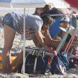 Fernanda Gentil foi fotografada na praia com a namorada,  Priscila Montandon
