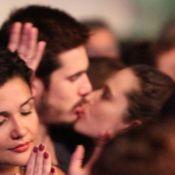 Casal em novela, Juliana Paiva e Nicolas Prattes se beijam em show. Fotos!