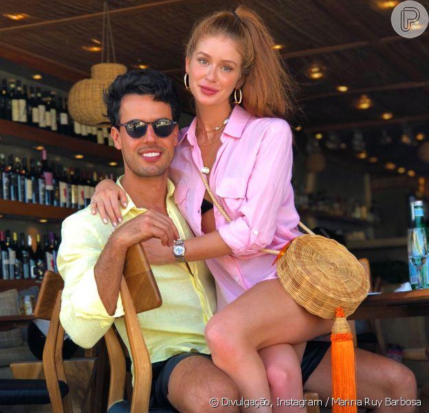 Marina Ruy Barbosa aposta em bolsa balaio em passeio com o marido na Grécia