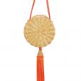 Bolsa balaio da marca Waiwai Rio, feita com e  strutura em vime, tampa em acrílico, alça de algodão e pingente de seda na cor laranja
