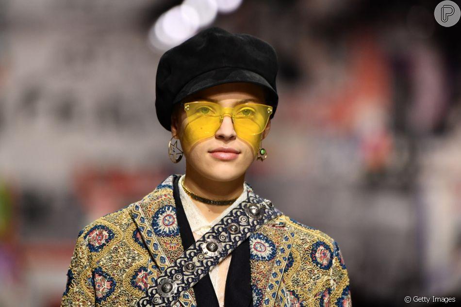 Os óculos colorquake da Dior  em modelo mais arredondado, amarelo, no  desfile de outono inverno 2019 da marca 22d2080fdf