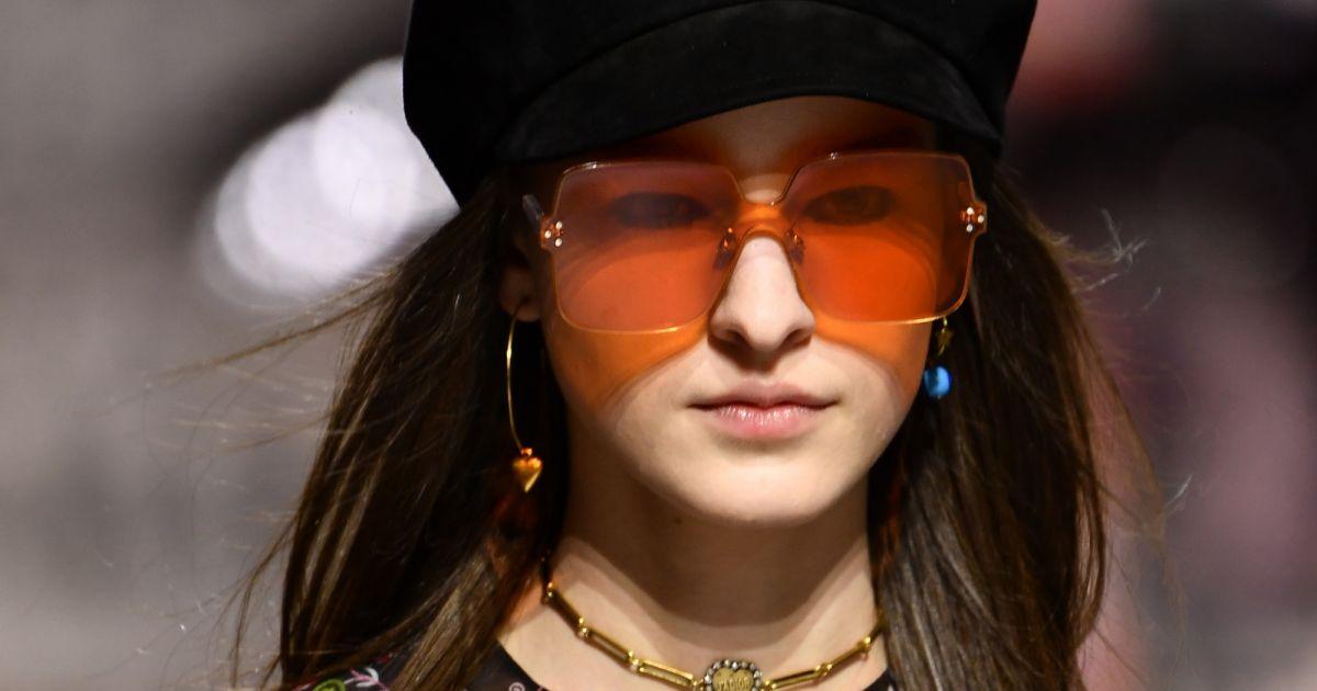 Os óculos colorquake da Dior  e quadradão com lentes alaranjadas -  Purepeople fe8e345438