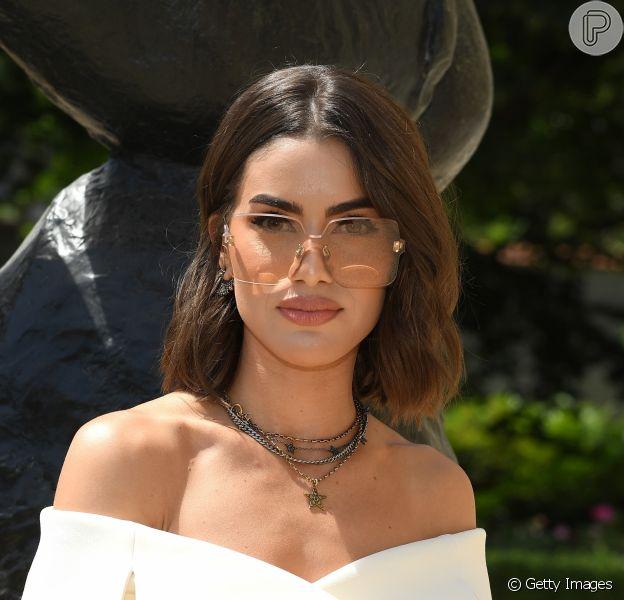 Os óculos colorquake da Dior: Camila Coelho escolheu o modelo em bege para ir ao desfile de alta-costura da marca